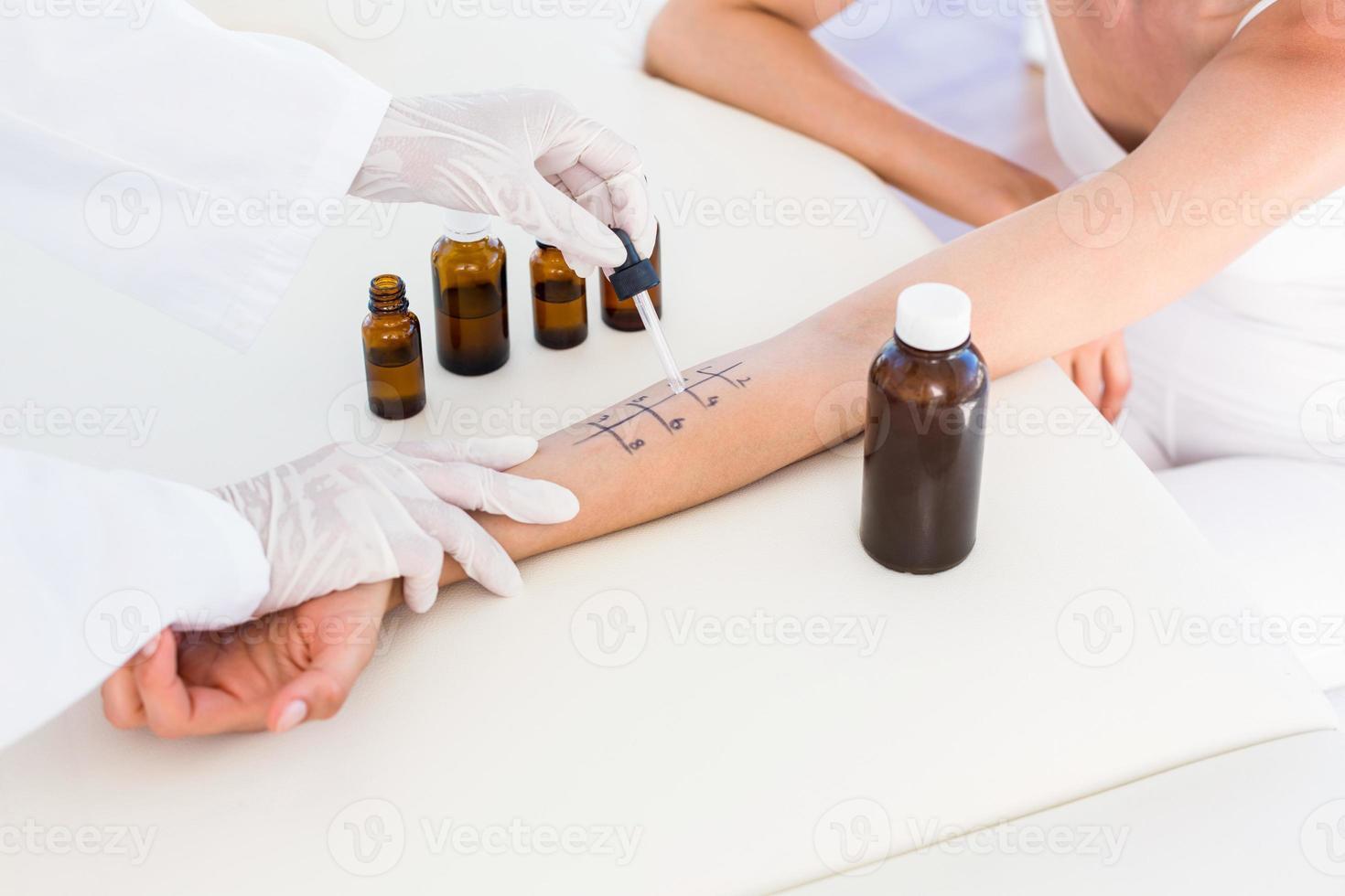 arts doet huidpriktest bij haar patiënt foto