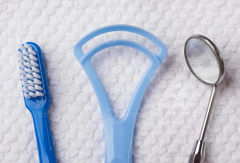 blauwe tandenborstel met tandheelkundige instrumenten foto