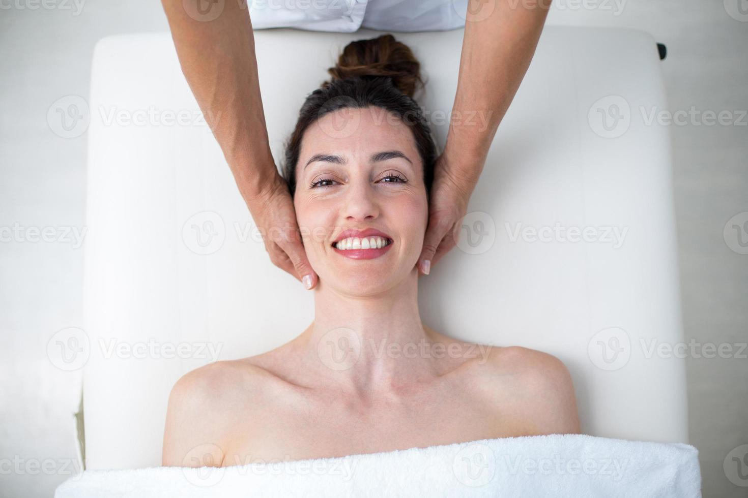fysiotherapeut die nekmassage doet foto