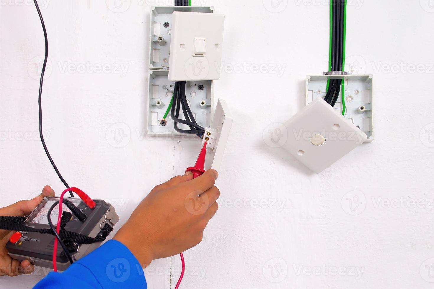 elektricien maken de tests foto