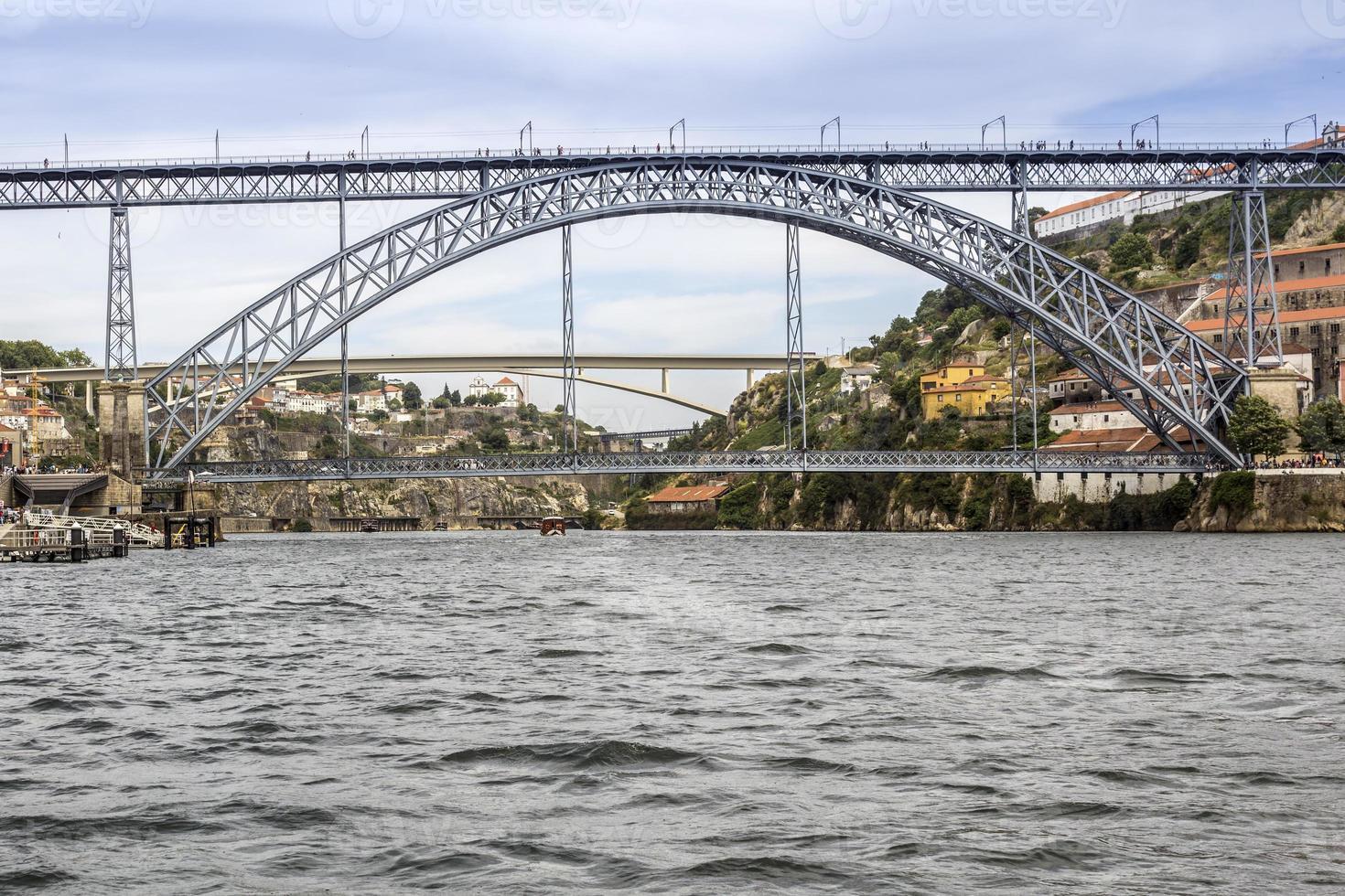 weergave van dom luiz brug en gaia rivieroever, porto stadsgezicht. foto