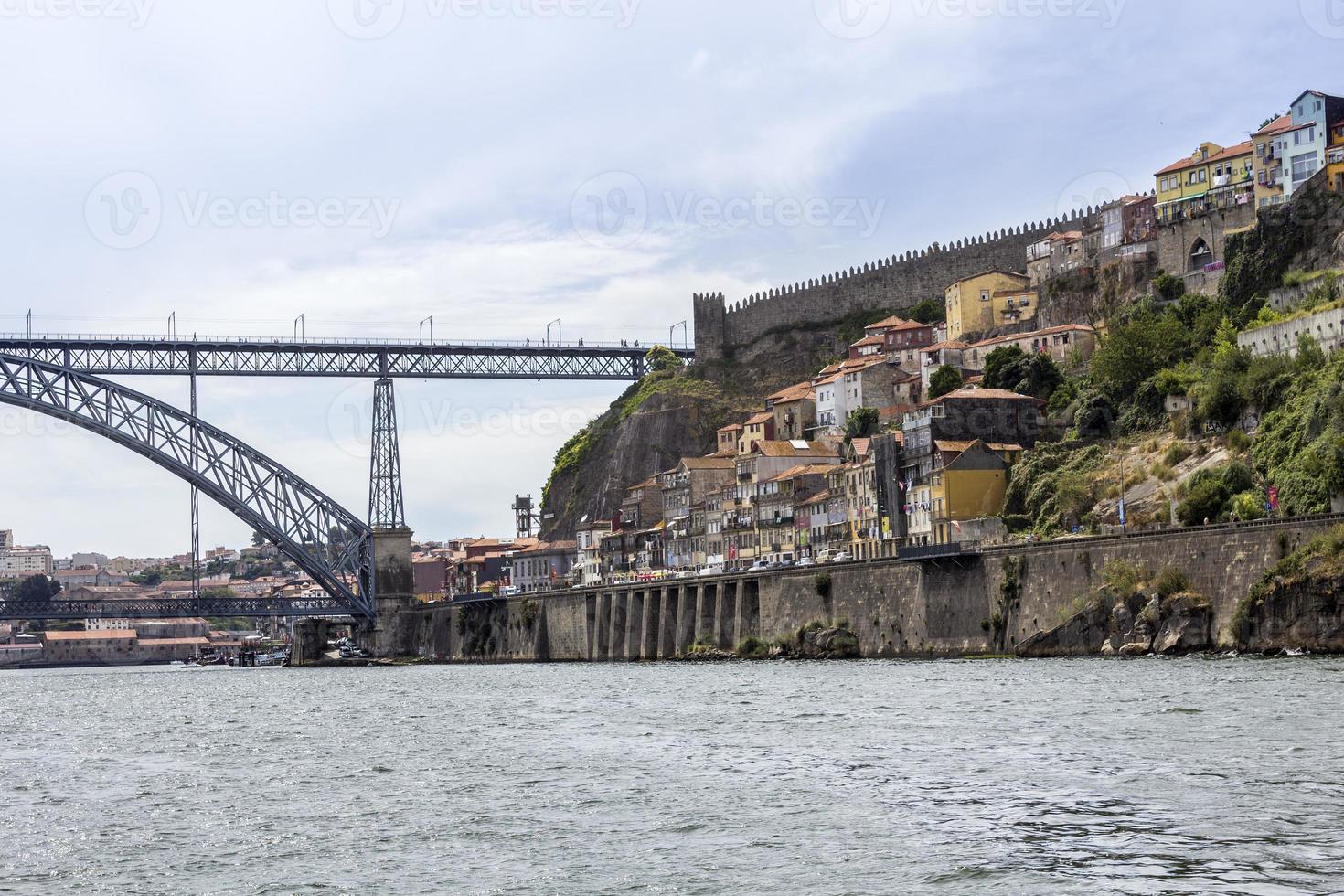 uitzicht op de oude binnenstad en dom luiz brug, porto stadsgezicht foto
