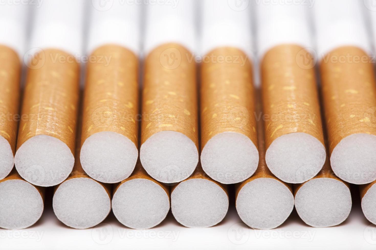 sigaretten, geïsoleerd op een wit foto