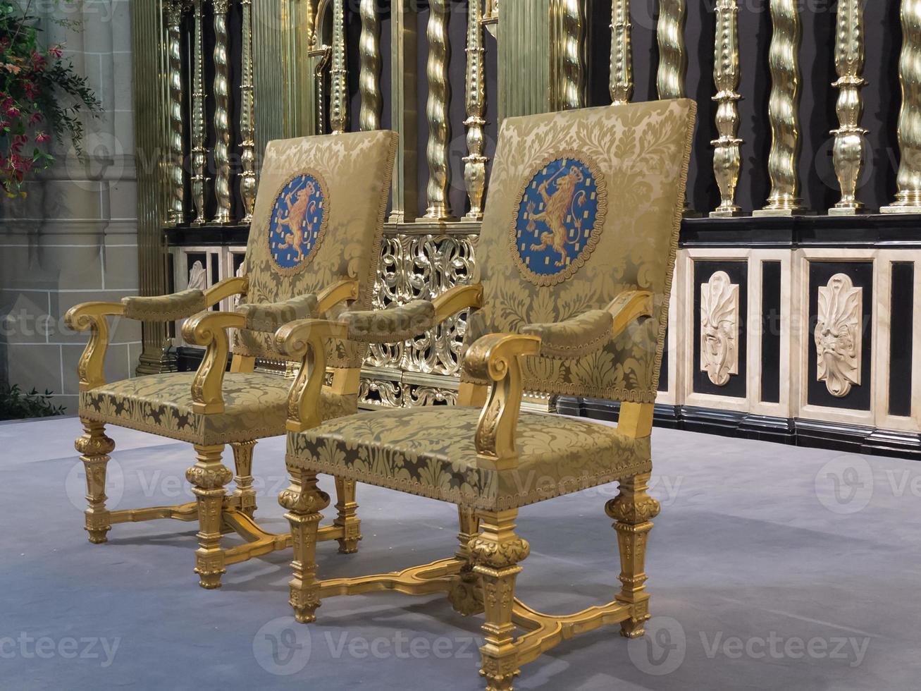 koninklijke zetels zoals gebruikt tijdens de inauguratie van de nieuwe koning foto