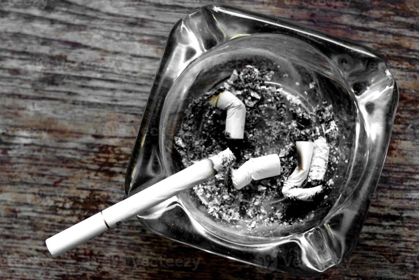 sigaret en asbak foto