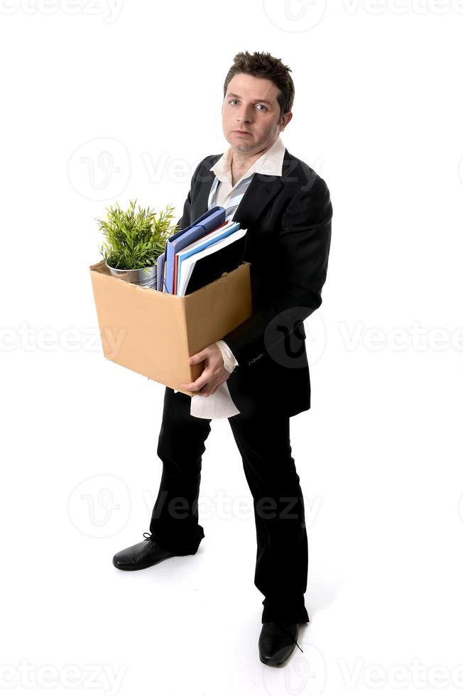 rommelig zakenman met kartonnen doos ontslagen van baan foto