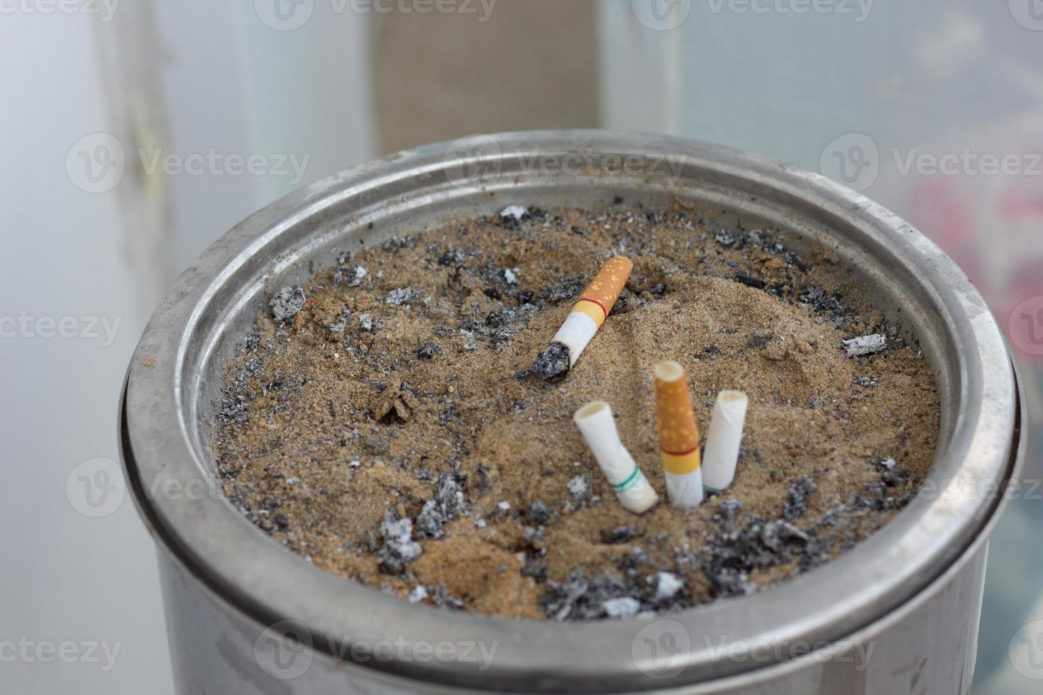 asbak met sigaret foto