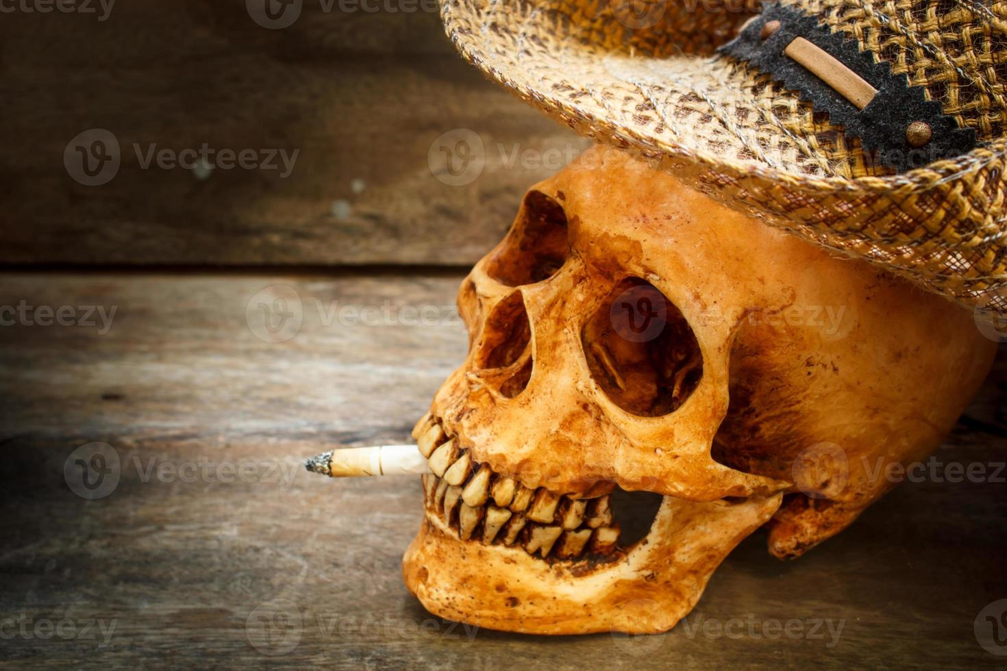 schedel met sigaret, stilleven. foto