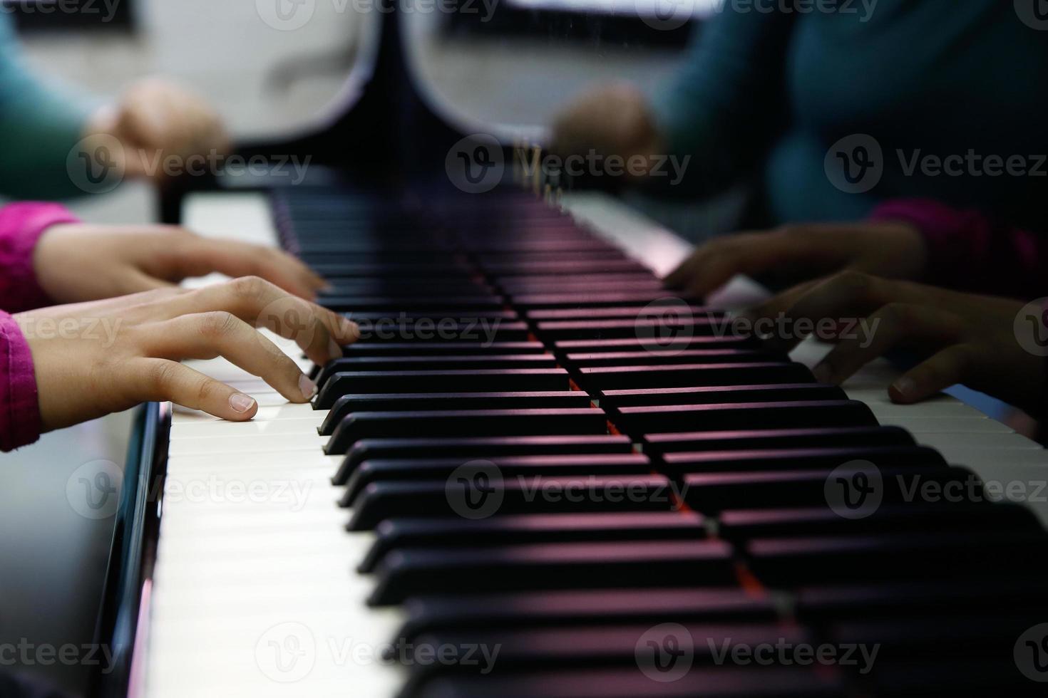 tiener die op een piano presteert foto