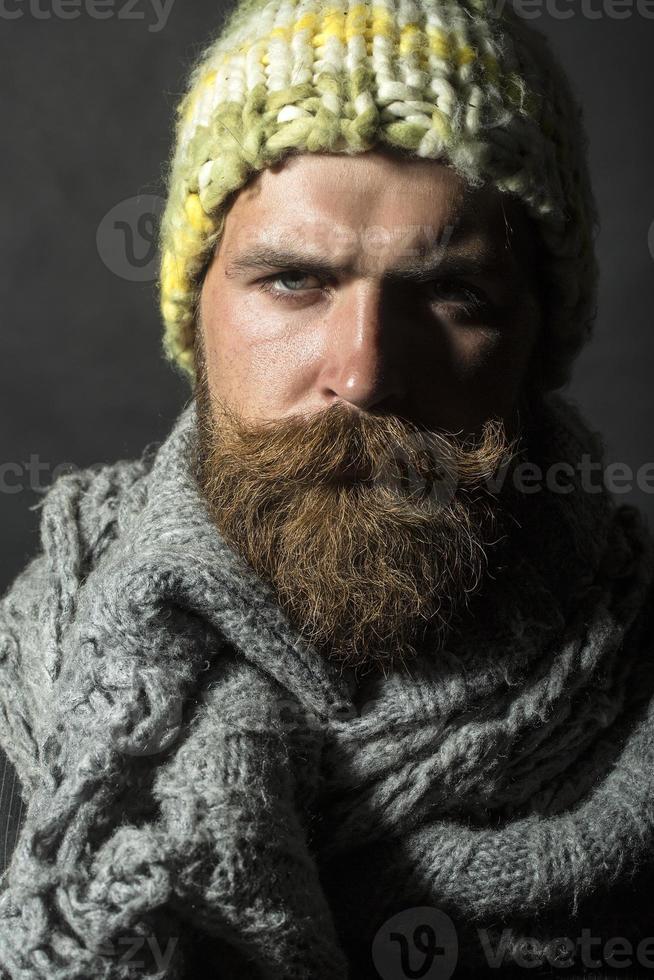 portret van sombere dakloze man foto