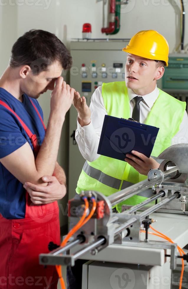 supervisor schreeuwen tegen werknemer foto