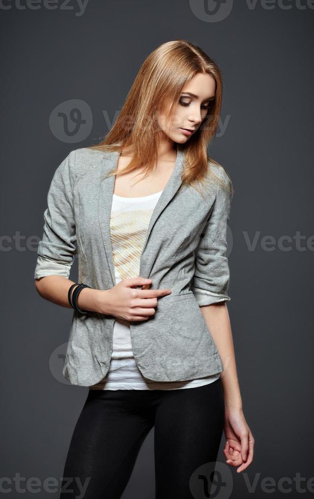 mooie jonge vrouw in legging, jas en overhemd foto