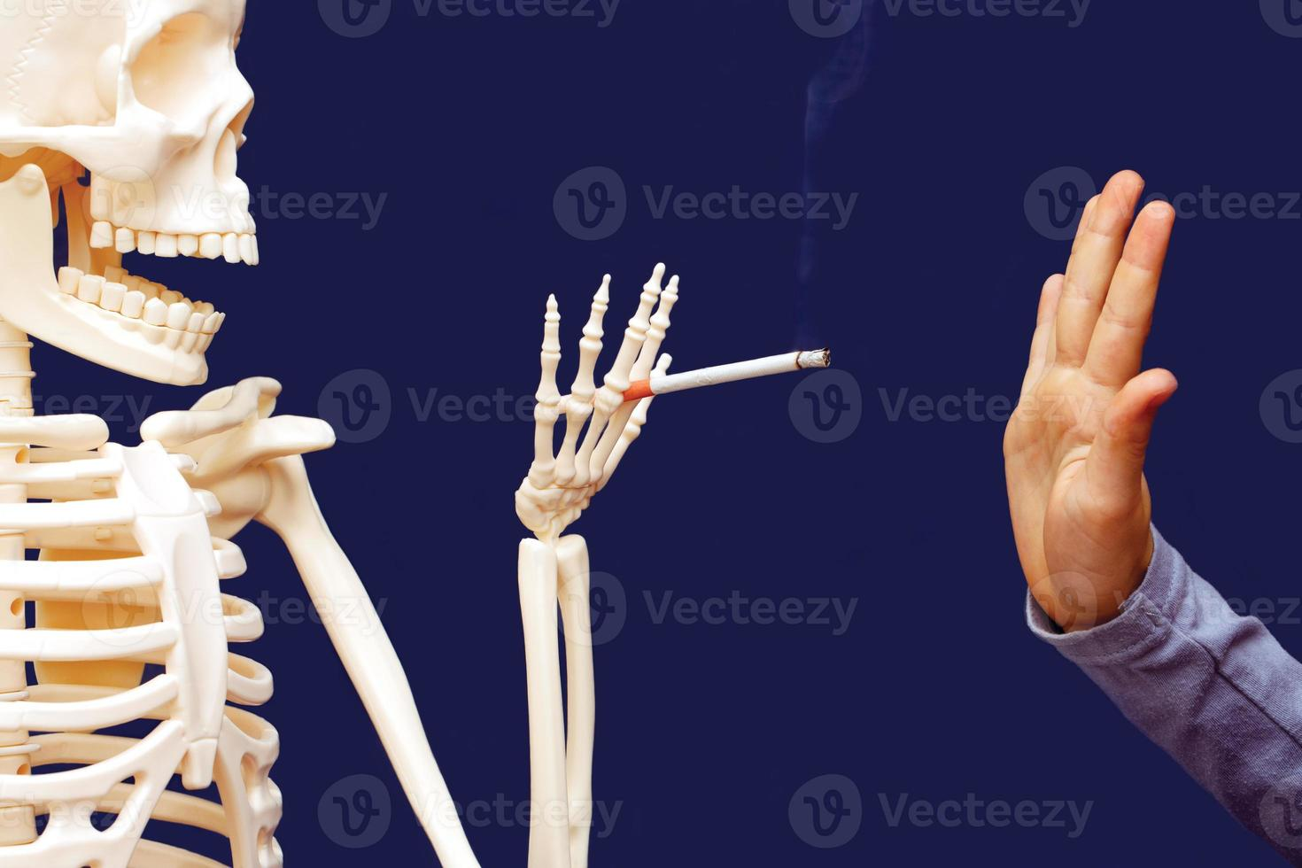 man gebaart verwerpt voorgestelde sigaret foto