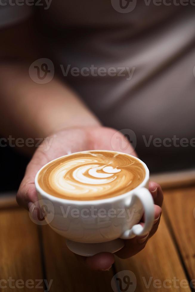 charmante jonge man genieten van aroma koffie in café foto