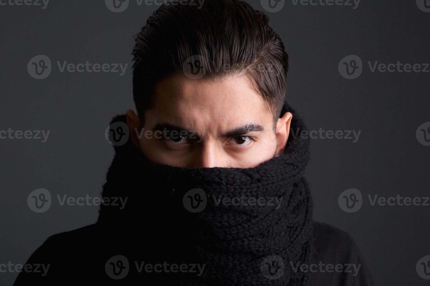 jonge man met sjaal over gezicht foto