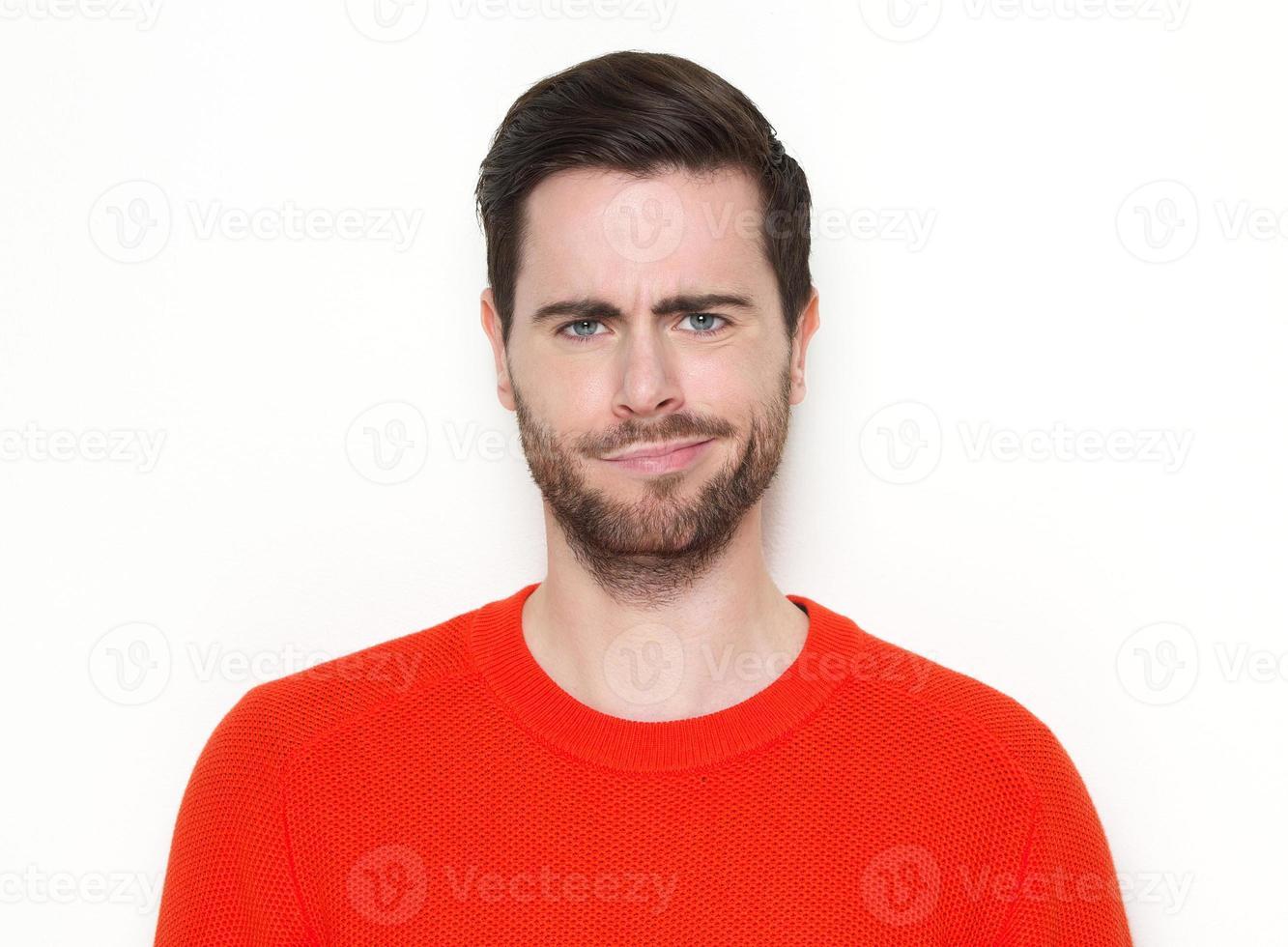 portret van een jonge man grijnzend foto