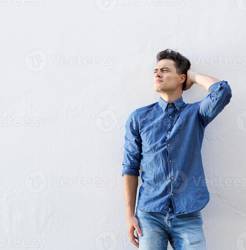 mannelijke hipster poseren met hand in haar foto