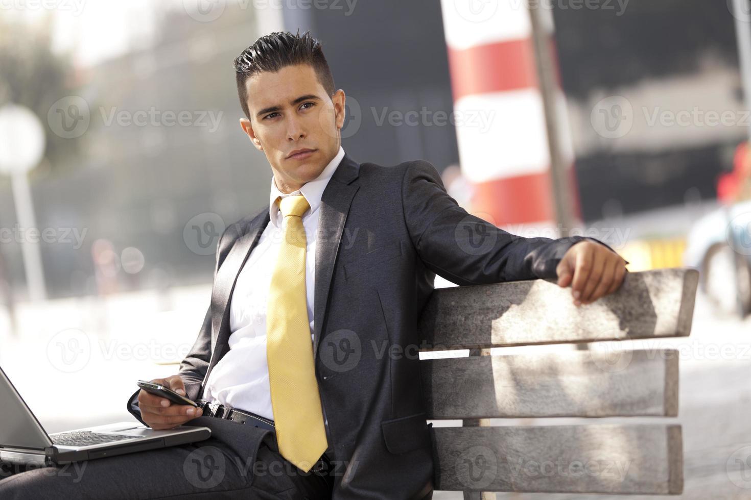 zakenman die werkt in het stadspark foto