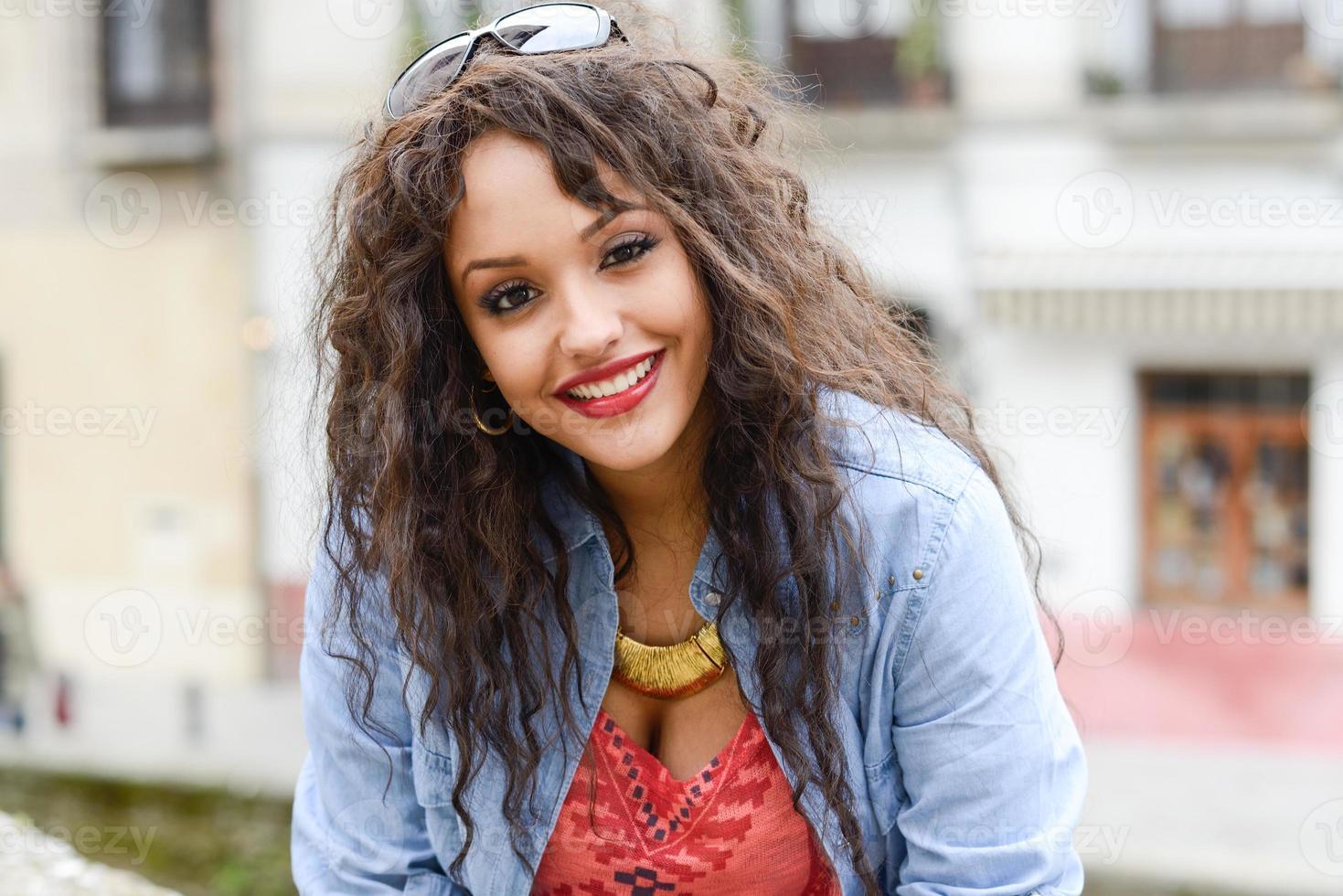 aantrekkelijke gemengde vrouw op stedelijke achtergrond casual kleding dragen foto