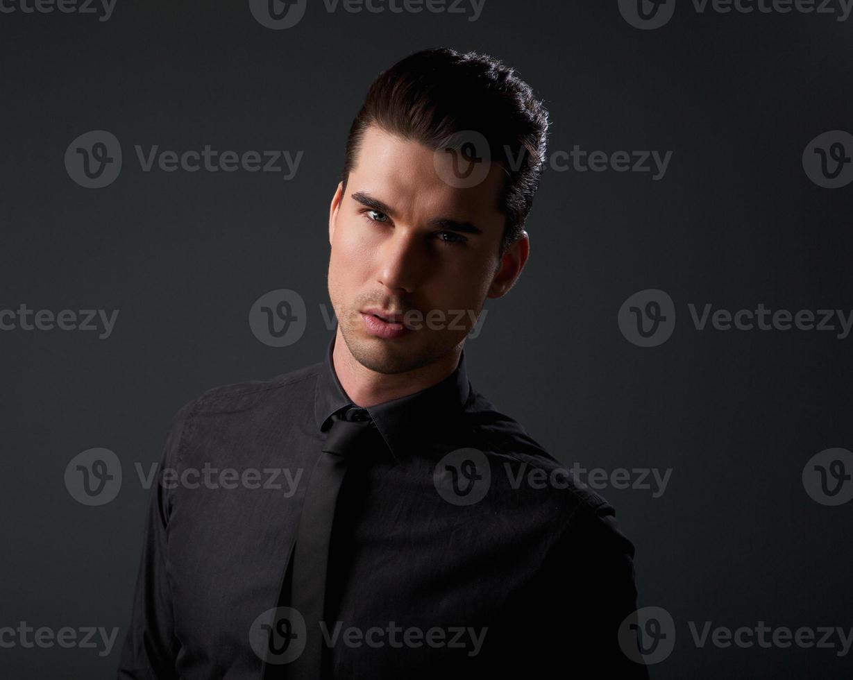 trendy man in zwart overhemd en stropdas foto