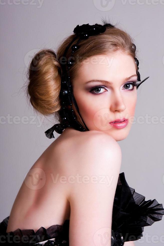 aantrekkelijke jonge vrouw in het zwart gekleed foto