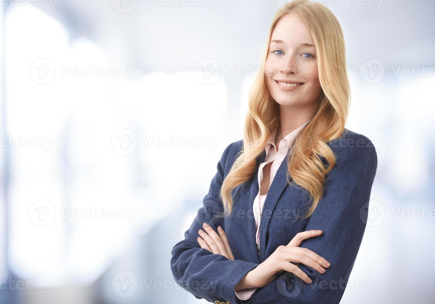 aantrekkelijke zakenvrouw lacht foto