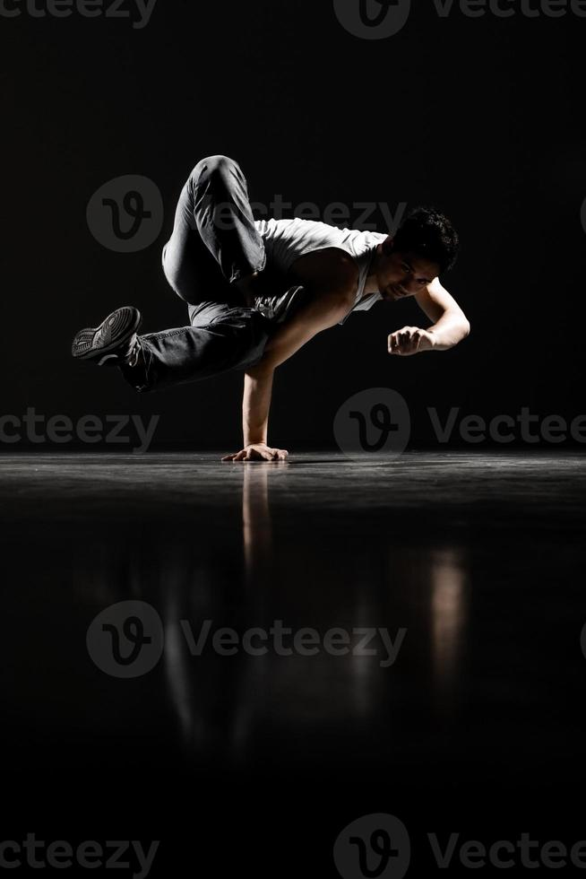 bewegingsonscherpte van mannelijke breakdancer presteren, low key foto