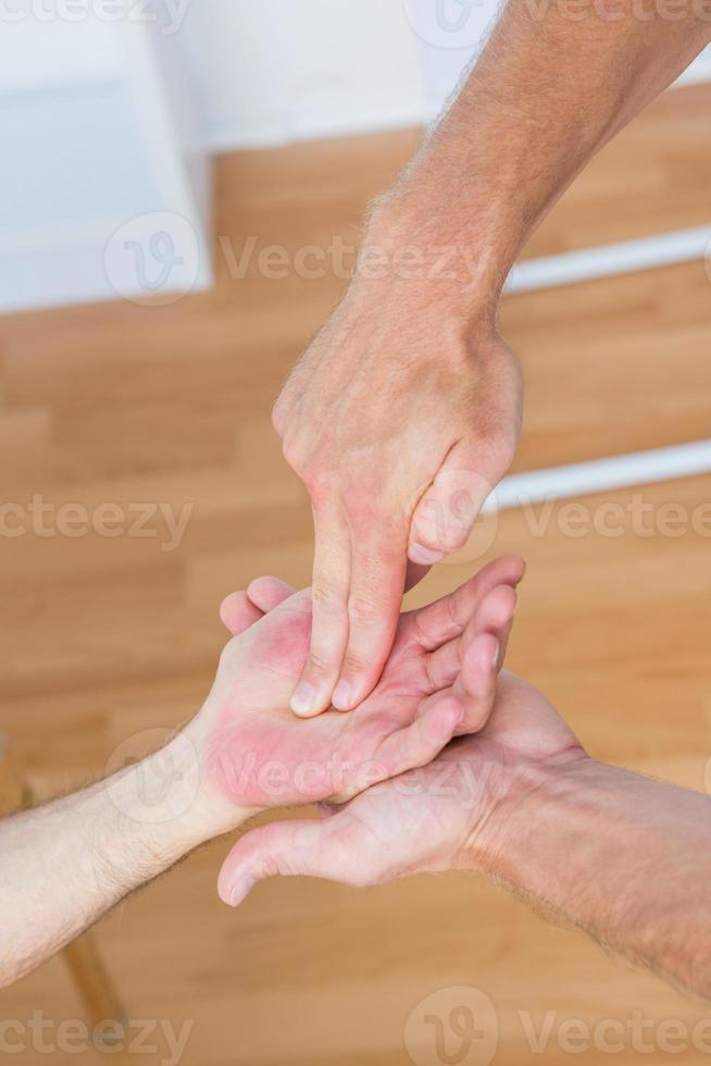 fysiotherapeut die handmassage doet foto