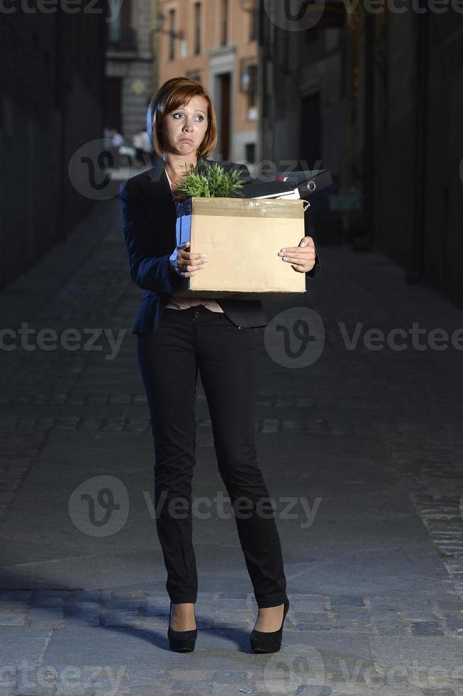 jonge werkloze zakenvrouw ontslagen van werk op straat foto