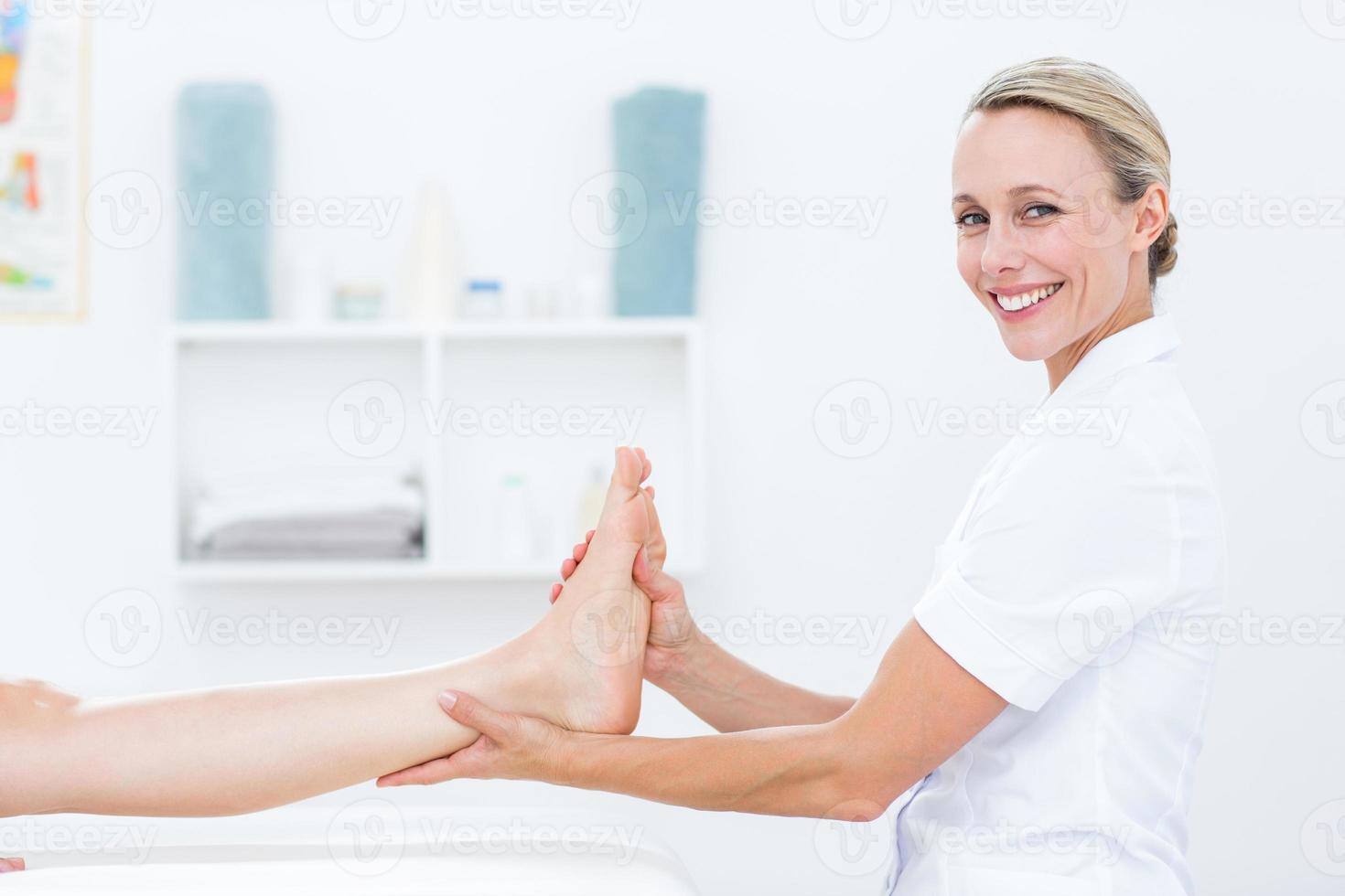 fysiotherapeut die voetmassage doet foto