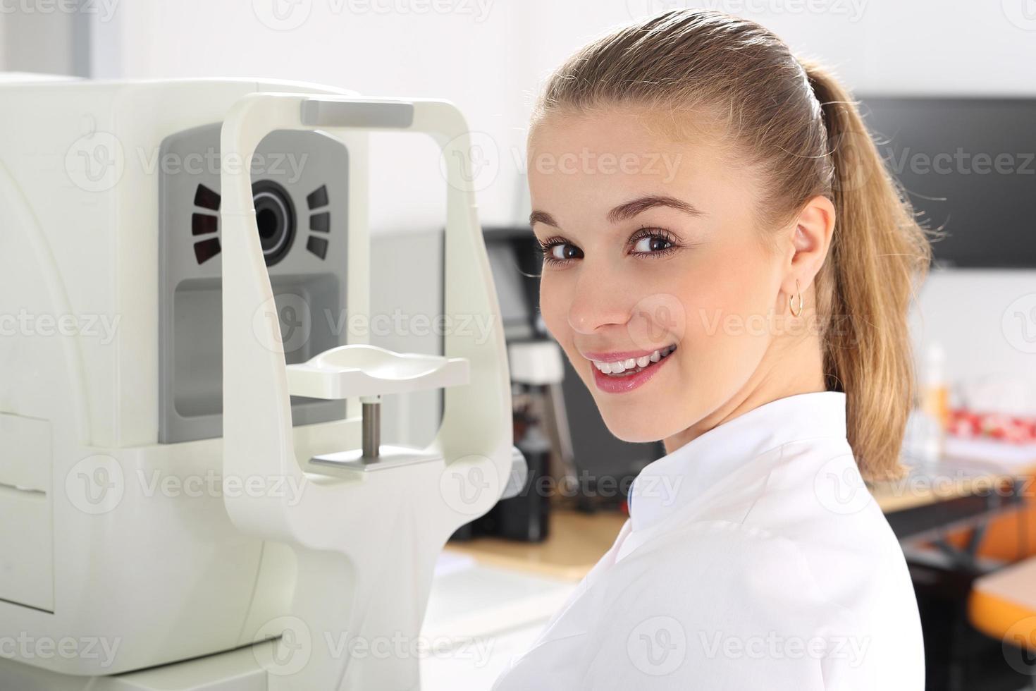 de patiënt tijdens een oogonderzoek in de oogkliniek foto
