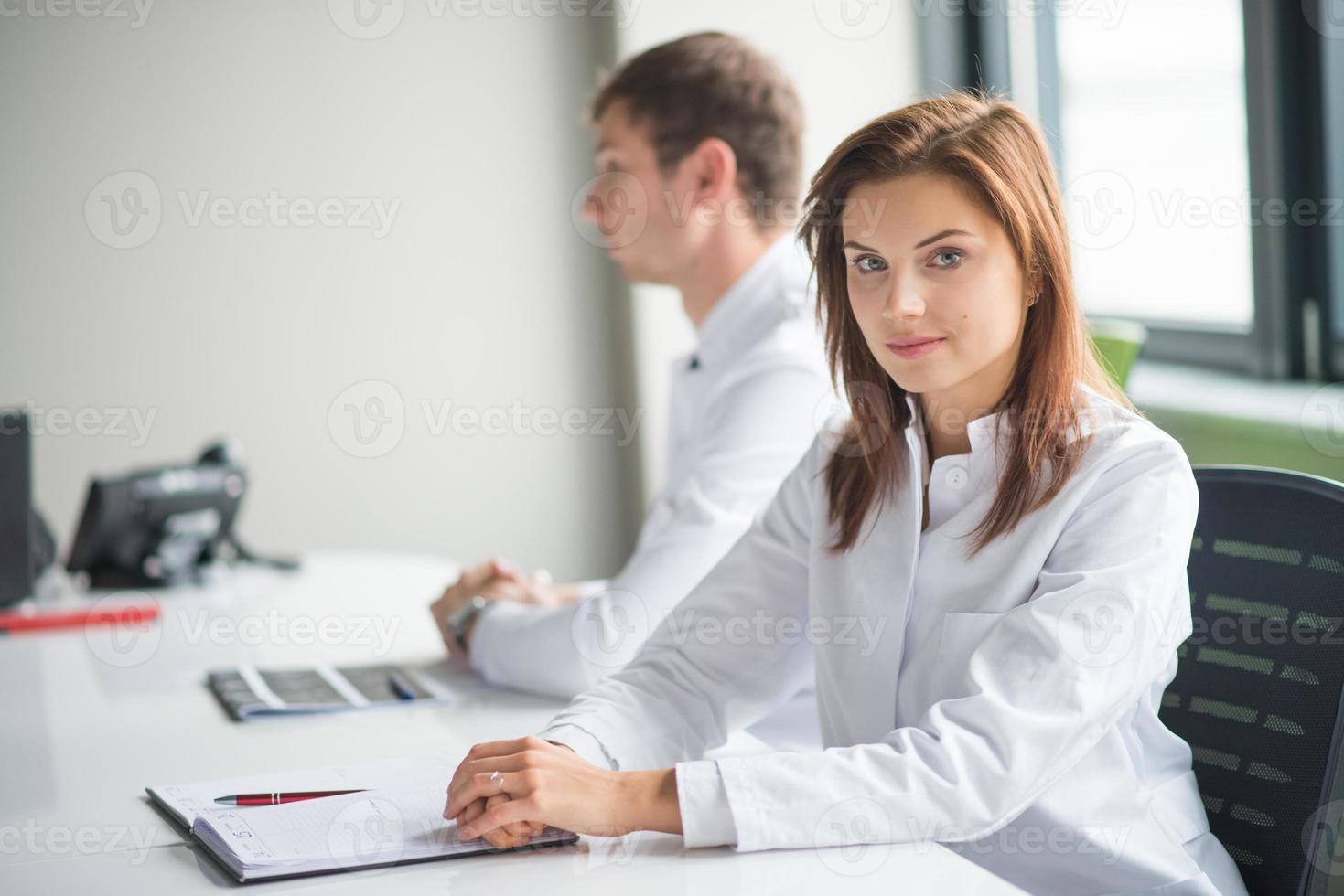 medisch consult met twee artsen foto