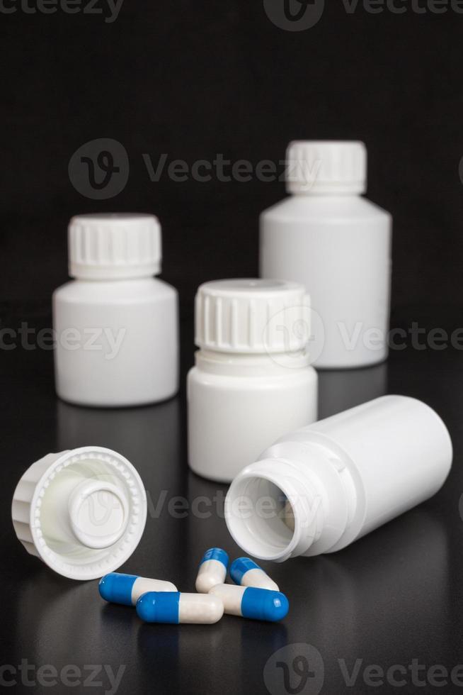 receptgeneeskunde - blauwe en witte capsules foto