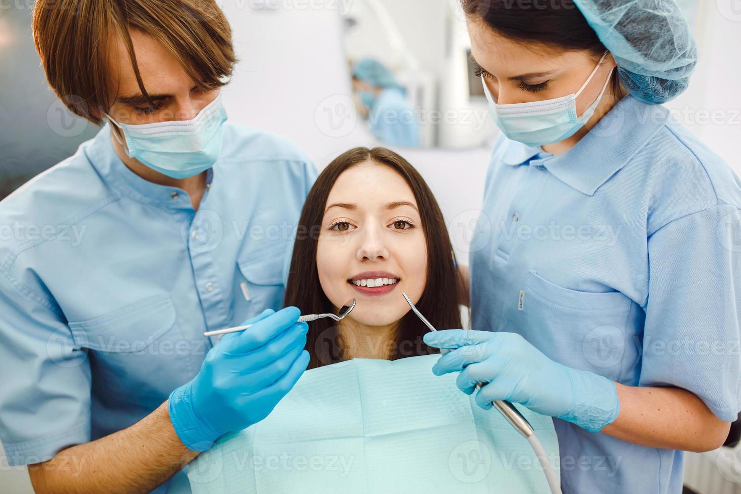 het meisje bij de receptie bij de tandarts foto