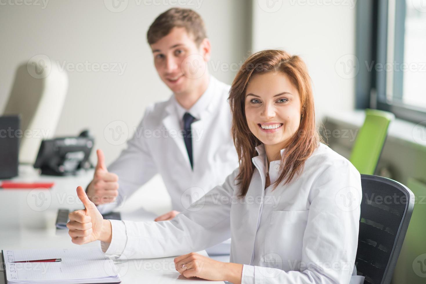 twee dokters laten hun duim zien foto
