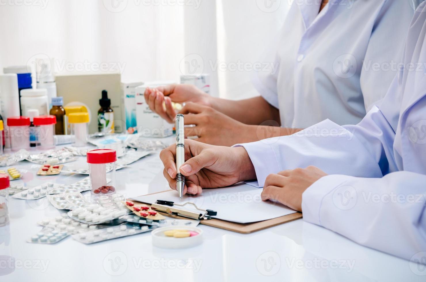apothekers die in bureau werken foto