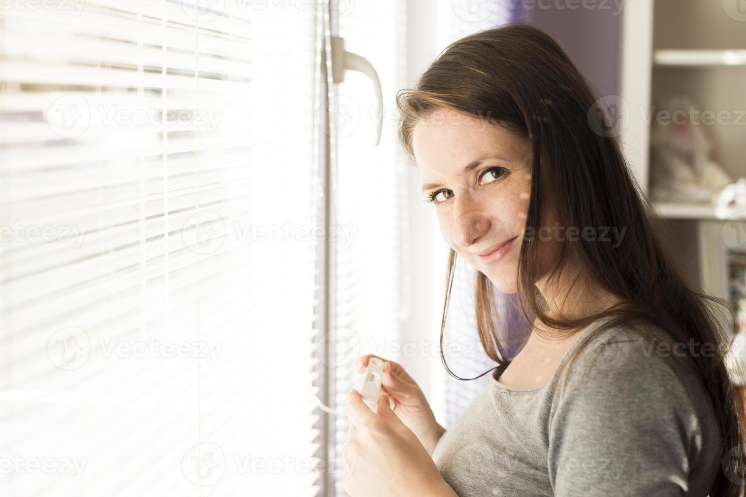vrouw met zwangerschapstest foto