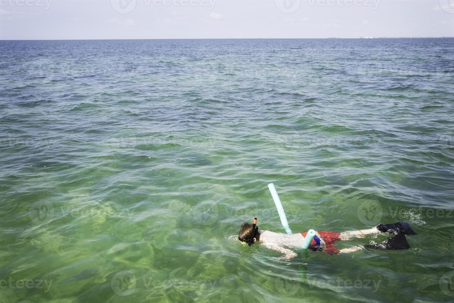 jonge tienerjongen die van zeer belangrijk West-Florida snorkelt foto