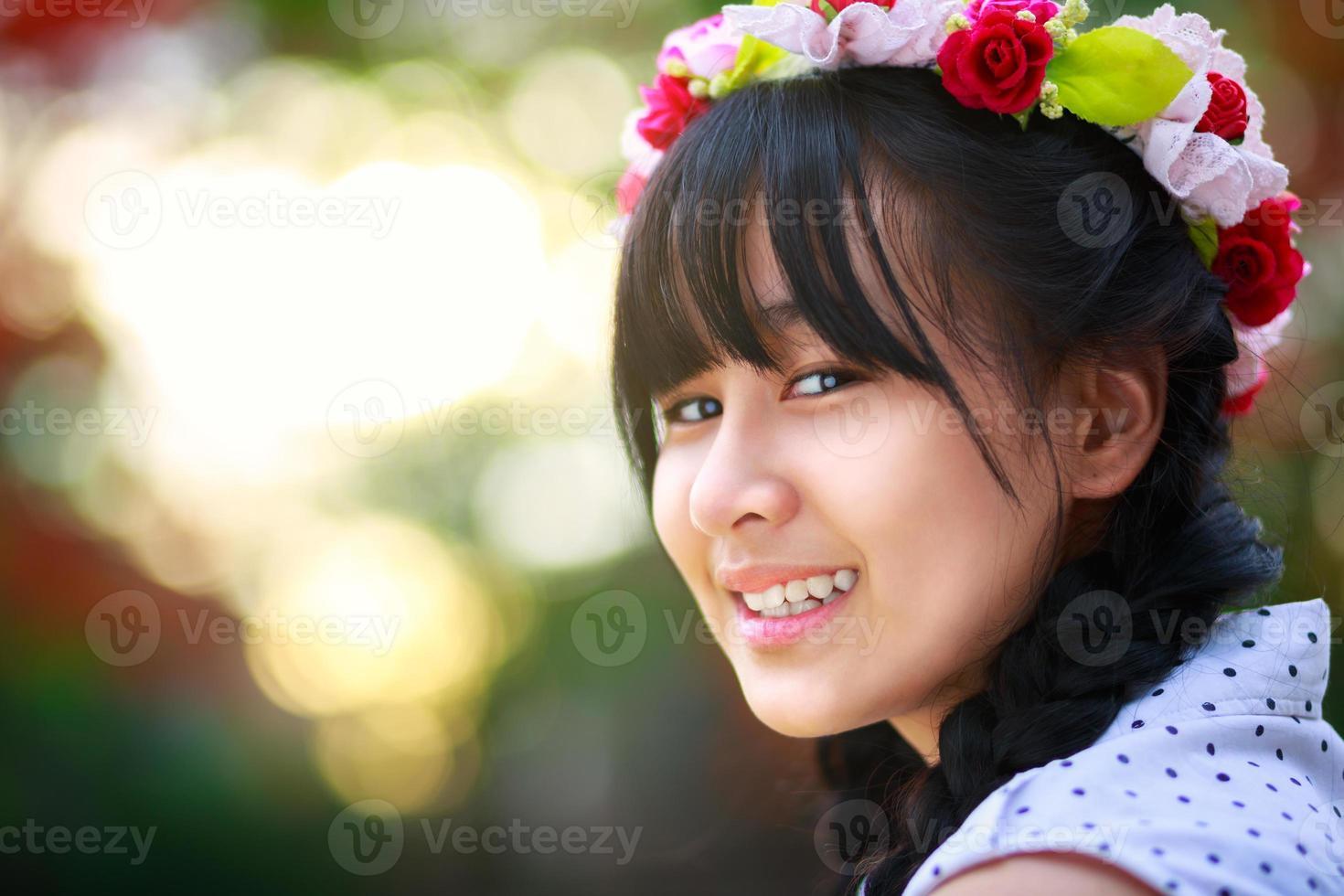 mooie glimlachende tiener foto