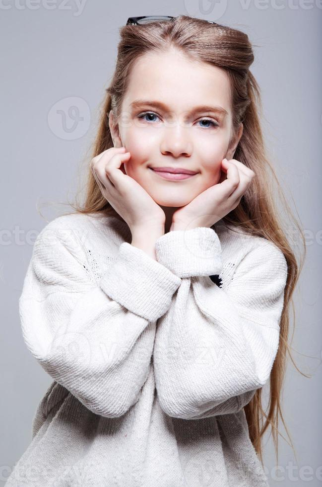mooie tienermeisje glimlacht foto