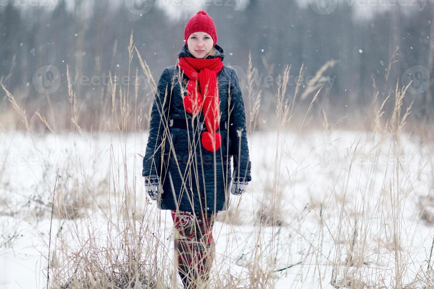 gelukkig meisje wintersneeuw loopt foto