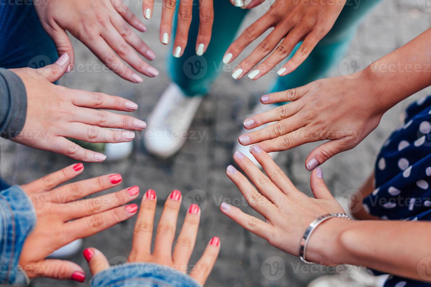 tienermeisje met haar nagels foto