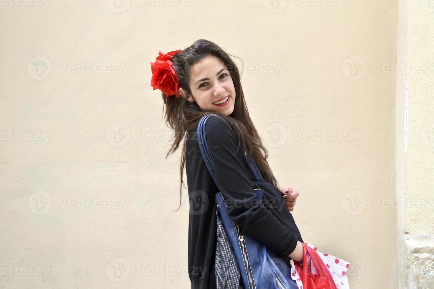 tienermeisje met boodschappentassen foto