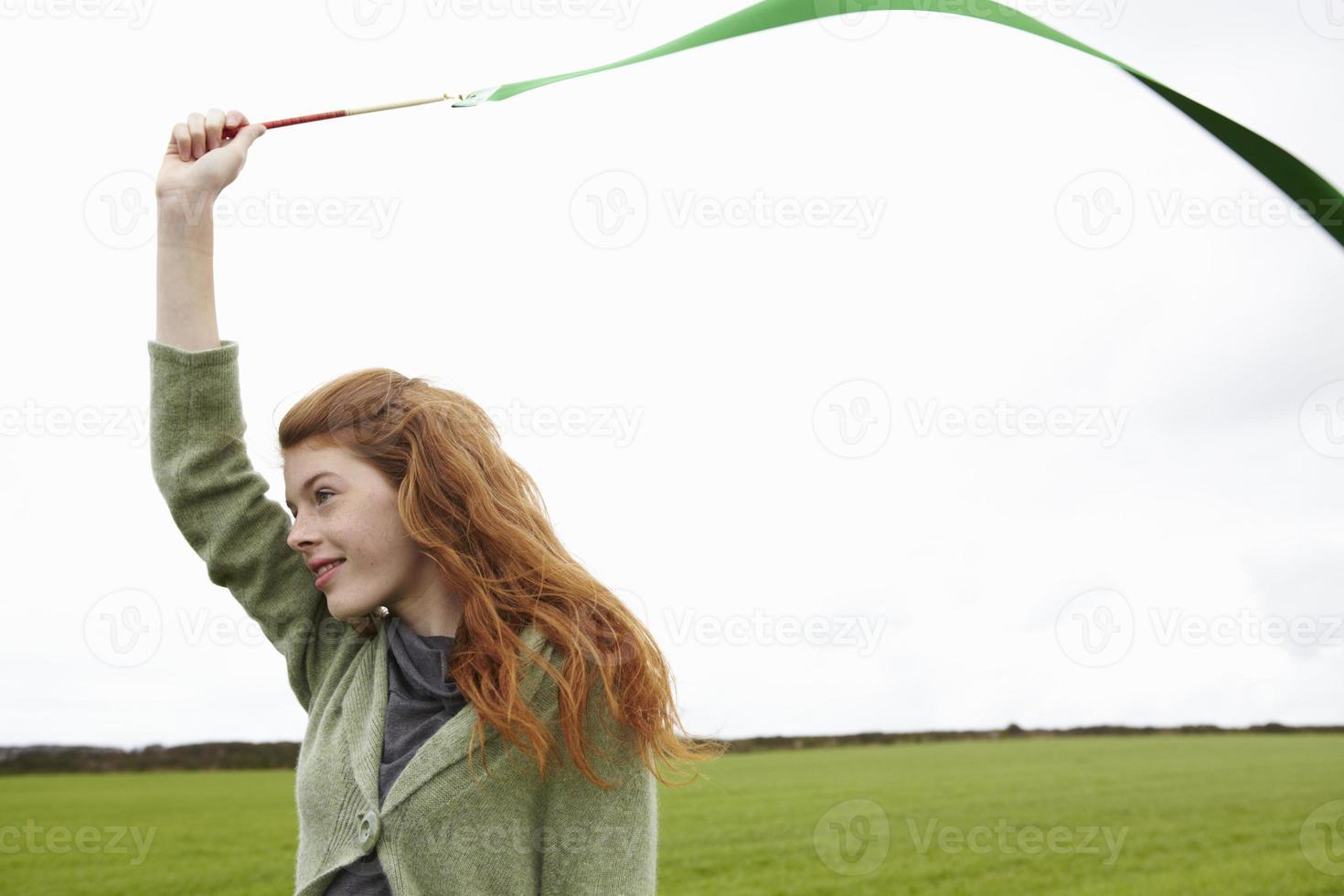 tienermeisje spelen met lint foto