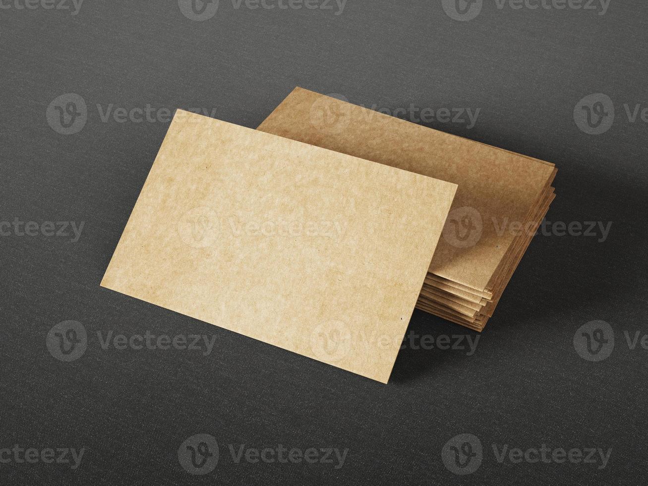 kartonnen visitekaartjes op donkere achtergrond foto