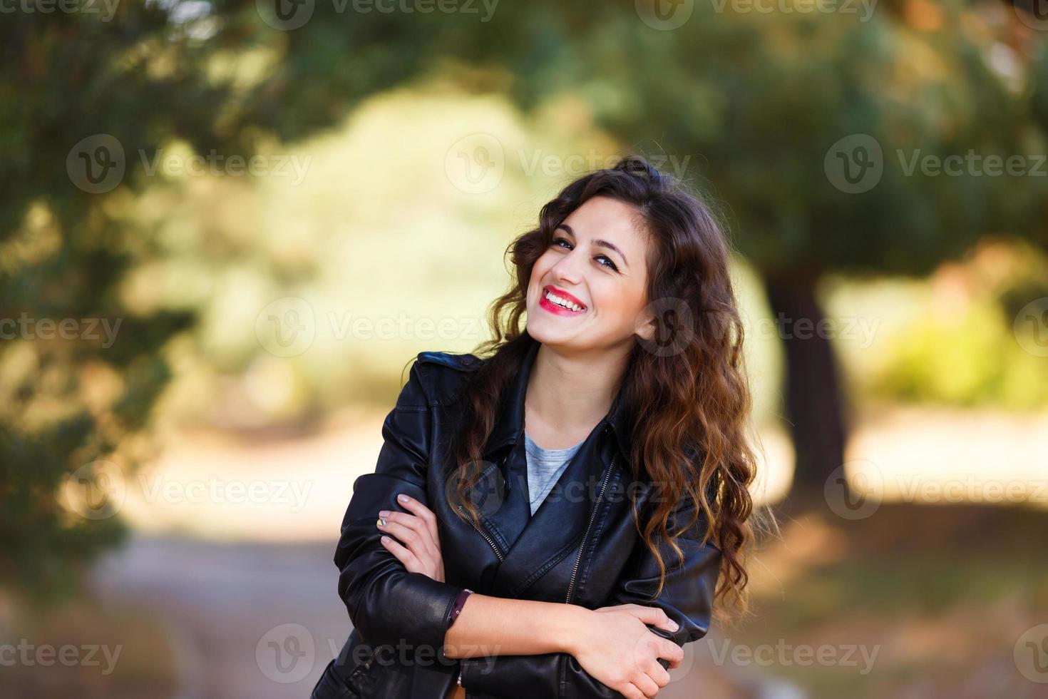 lachende jonge vrouw foto