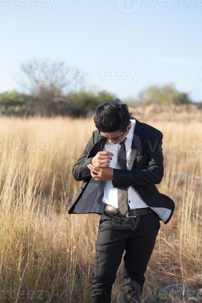 Aziatische man draagt een zwart pak foto