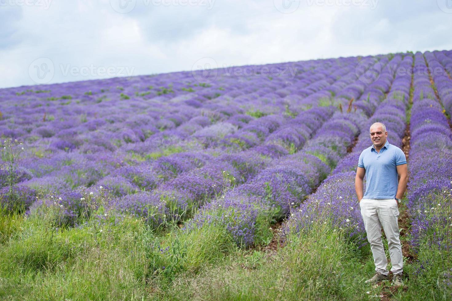 mannelijke persoon in het veld van lavendel foto