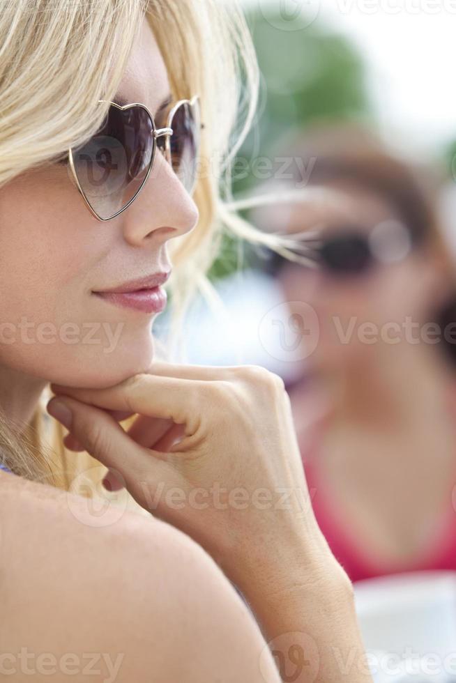 zijprofiel van blonde vrouw in hartvormige zonnebril foto