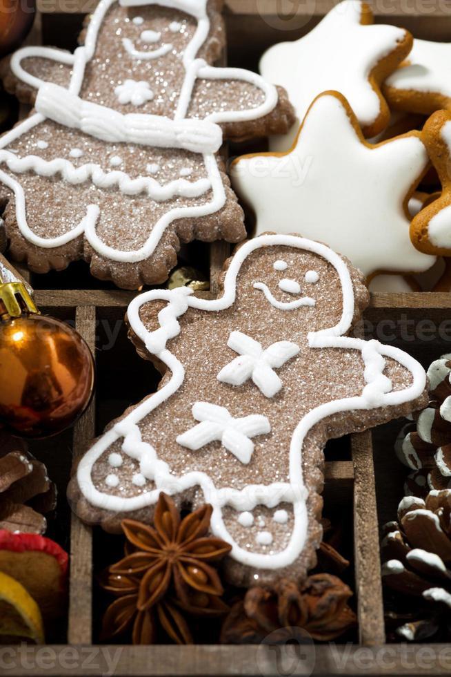 Kerstmissymbolen en koekjes in een houten doos, verticaal, close-up foto